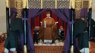 Naruhito secara resmi naik tahta setinggi 6,5 meter.