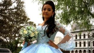 Mónica en su vestido de quinceañera
