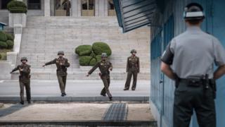 在板門店站崗的朝鮮和韓國士兵