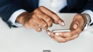 pria dan telepon pintar