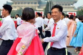 朝鮮民眾集體在平壤街頭載歌載舞(朝中社圖片9/9/2017)