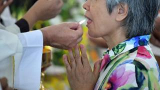 Umuntu ari gusangira mu misa muri Taiwan itariki 10/08/2018