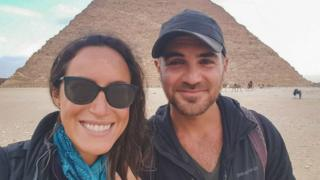 Lauren Geoghegan e Jay Austin em frente a uma pirâmide