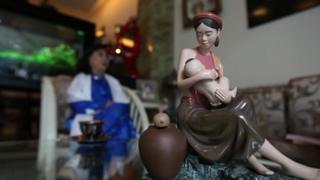 Tượng mẹ con trong nhà nghệ sĩ Kim Cương