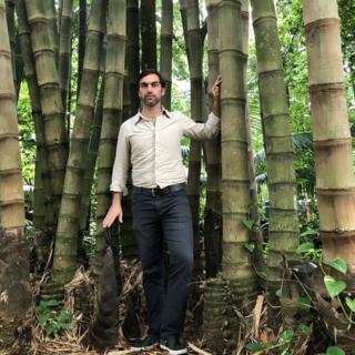 Omar Pandoli al lado de bambúes.