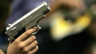 Pour dix 10 carabines à air comprimé tirant d'inoffensives balles en plastique, la peine de dix ans de prison a été jugée lourde.