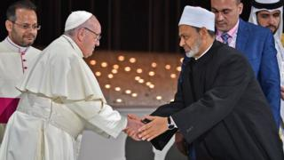 Papa Francesco ve Şeyh Ahmed El Tayyib anlaşmayı imzaladıktan sonra el sıkışırken