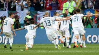 पेनल्टी शूटआउट में दो गोल बचा कर रूस के गोलकीपर इगोर अकीनफ़िएफ़ बने जीत के हीरो