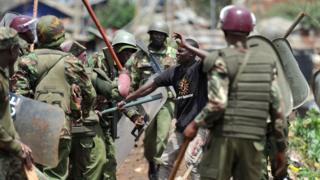 Polisi wakikabili mwandamanaji Katwekera, Kibera