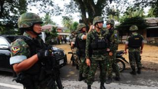 ทหารถือปืน
