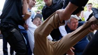 """Нааразылыкка чыкандарды полиция буга чейин да ар кандай ыкмалар менен """"көзөмөлгө""""алып келгенин казакстандык активисттер айтып келе жатат"""