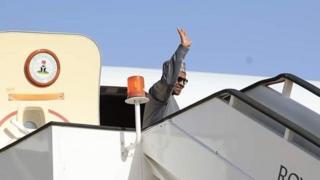 Buhari dey wave as e tanda for door of plane