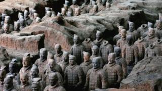 กองทัพหุ่นทหารดินเผาแสดงถึงความปรารถนาของจิ๋นซีฮ่องเต้ที่จะครองอำนาจทั้งในโลกนี้และโลกหน้า