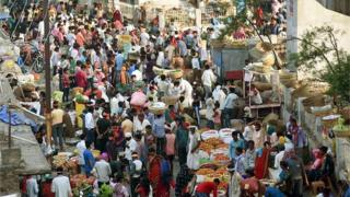 People violate social distancing norms at a vegetable market at Agam Kuan near Shitla Mandir in Patna on April 17