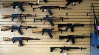 सरकारी अध्ययन के मुताबिक अमरीका में 17 साल से कम की उम्र के करीब 1,300 बच्चे हर साल बंदूकों से घायल होते हैं