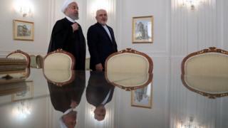 حسن روحانی رئیس جمهور ایران در کنار محمدجواد ظریف در مقر وزارت خارجه ایران