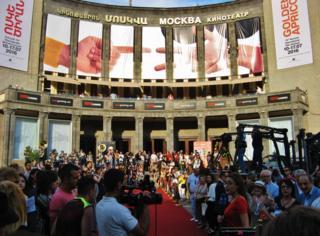 Площадь Шарля Азнавура перед кинотеатром «Москва» с красной фестивальной дорожкой и публикой