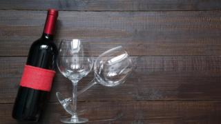 Vinho com taças sobre mesa
