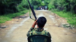 सोशल मीडिया पर एक भारतीय सैनिक की यह तस्वीर वायरल हो गई है.