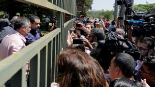 Funcionário da embaixada venezuelana fala com jornalistas em Brasília