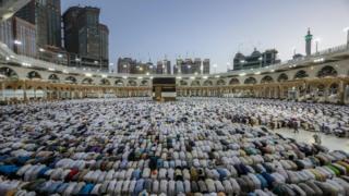 المصلون يسجدون في المسجد الحرام