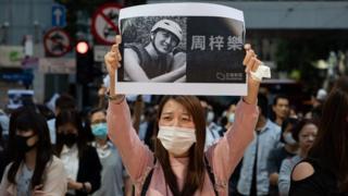 香港市民下午发起游行,悼念去世的香港学生周梓乐。
