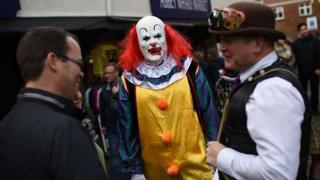 человек в костюме клоуна