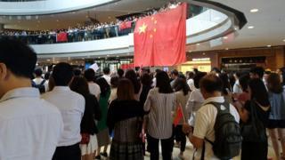 愛中國者和反政府人士在香港一間商場。