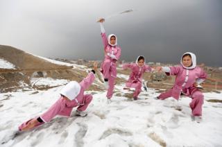 Estudiantes del club Shaolin Wushu club muestran sus habilidades en las montañas ubicadas al oeste de Kabul, en Afganistán