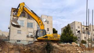 Iyo ngingo isaba Israel guhagarika ibikorwa ikorera muri West Bank no mu buseruko bwa Jerusalem