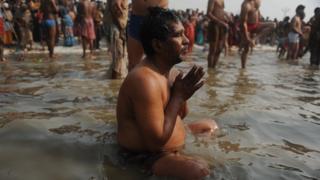 Ganj Nehri'nde ibadet edenler