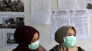 Petugas di pusat informasi virus corona di Banda Aceh.