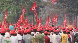 जलसंपदा मंत्री गिरीश महाजन म्हणाले की मुंबईत लाल वादळ आलं.