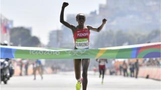 Jemima Sumgong a été la première Kenyane à remporter l'or Olympique au marathon.