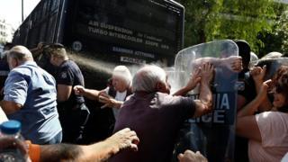 Yunanistan'da emeklilerin eyleminde gaz sıkıldı.
