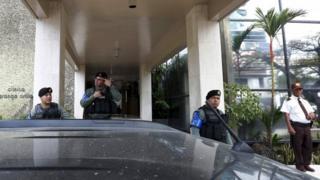 モサック・フォンセカ本社の玄関前を警備する警官ら(12日、パナマ市)