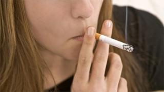 شابة تدخن سيجارة