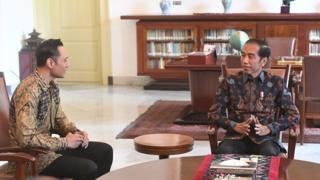 Presiden Joko Widodo (kanan) berbincang dengan Komandan Satuan Tugas Bersama (Kogasma) Partai Demokrat Agus Harimurti Yudhoyono (AHY) di Istana Bogor, Rabu (22/5/2019). Dalam pertemuan tersebut Partai Demokrat menyampaikan selamat atas hasil Pilpres 2019 yang telah diumumkan oleh KPU.