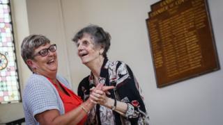 امرأتان في دار لرعاية المسنين