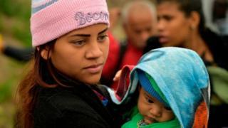 Madre venezolana con su hijo en Colombia