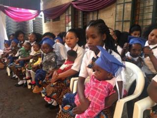 Des jeunes filles-mères avec leurs enfants sur leurs genoux