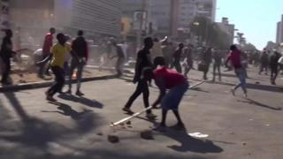 انتشر جنود في هاراري عاصمة زمبابوي، الخميس، بعد يوم من اشتباكات عنيفة وقعت بين قوات الأمن ومحتجين، وراح ضحيتها ثلاثة قتلى.