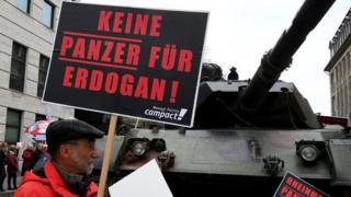 """Демонстрант у Берліні з плакатом """"Жодного танку для Ердогана"""""""