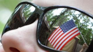 Güneş gözlüğünde Amerikan bayrağı