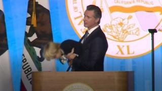 El gobernador de California, Gavin Newsom, con su hijo Dutch