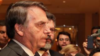 Bolsonaro dá entrevista a jornalistas em Pequim, com ministro Ernesto Araújo atrás