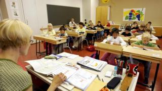 Professora em sala de aula finlandesa, em foto de arquivo