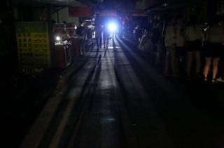 停电使给民众的生活带来不便。