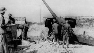"""Một đơn vị pháo của Quân đội Việt Nam tại tỉnh Lạng Sơn đang chiến đấu chống lại cuộc xâm lấn của Trung Quốc dọc biên giới dài 230 km giữa hai nước ngày 23/2/1979. Vào ngày 17/2/1979 sau nhiều tháng khẩu chiến và xung đột, Trung Quốc tiến hành cuộc tổng tấn công vào Việt Nam, nước đồng minh cộng sản của họ để """"dạy cho Việt Nam một bài học"""" vì đã tỏ ra không lệ thuộc vào Trung Quốc như họ trông đợi."""