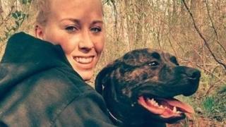 น.ส. สตีเฟนส์ กับสุนัขหนึ่งในสองตัวที่รุมทำร้ายเธอจนถึงแก่ความตาย